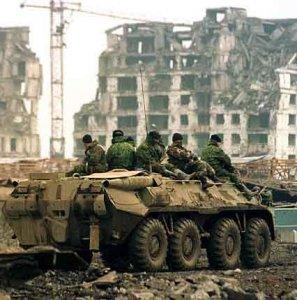 Вторая Чеченская война - российские солдаты едут на БТР по уничтоженному городу